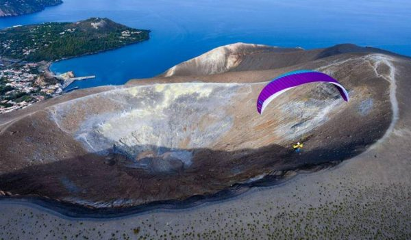 EPSILON 9 - The Joy of Flying It is nothing special to introduce a flying-mad earthling to paragliding. What is special is to deliver the positive experiences and high feel-good factors of the sport that keep him there for years – long after the licence. That's exactly what our EPSILON series does